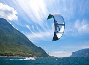 Kitesurfing in Maenam